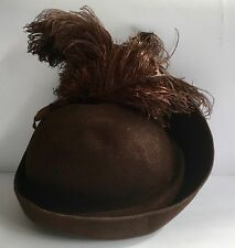 "BROWN 1930S FELT  HAT WITH OSTRICH  FEATHERS 22 "" 56 CMS INSIDE BRIM"