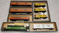 ATHEARN 8 PIECES HO SCALE TRAIN LOT LOCOMOTIVE BOXCAR PASSENGERS AND CABOOSE