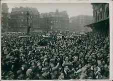 Paris, gare de Lyon, la foule attend Charlie Chaplin Vintage silver print