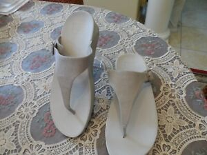 Fitflop Pale Beige Toe-Post Sandals W/ Buckle Size 9