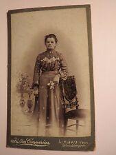 Liebau in Schlesien - stehende junge Frau im Kleid - Stuhl - Kulisse / CDV