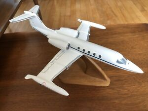 Daron Worldwide Trading 1/48 Learjet 35-A  AIRCRAFT DESK DISPLAY W/ WOOD STAND