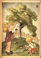 """Postkarte um 1950 Künstlermotiv Kleine Kinder Junge Mädchen bei """"Obsternte"""""""