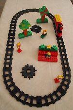 Lot N°63 : Duplo Lego Circuit train - locomotive manuelle - rails noirs -TB état