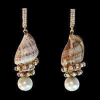 Ohrringe mit gemusterten Muscheln bzw. Meeresschnecken, Perlen und Kristallen
