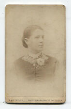 CDV WOMAN WITH FLOWER ON LACE COLLAR. MANCHESTER, ENGLAND. GREAT MAKER MARK.