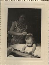 PHOTO ANCIENNE - VINTAGE SNAPSHOT -ENFANT TOILETTE CHEVEUX COIFFURE COIFFER-HAIR