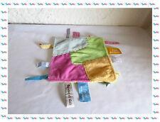 F - Doudou Plat Carré Etiquettes Rose, Jaune, Bleu, Vert  Un Rêve de Bébé