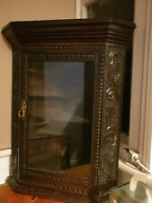A WONDERFUL ANTIQUE SOLID OAK GLAZED WALL HANGING  CORNER CUPBOARD NICE INTERIOR
