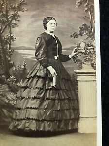 VICTORIAN CDV: LADY WEARING SCALLOPED TIERED DRESS:C. OAKESHOTT, RYDE I.O.W