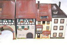 Diorama H0 Faller Häuserzeile 6 Gebäude mit Geschäfte Top gealtert und Patiniert