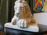 Löwe, Keramik, Crackle Glasur elfenbeinfarben, Frankreich 40er Jahre, sehr guter