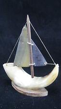Petit voilier / bateau en corne de bovin ancien
