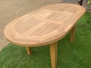 Oak dining room table, oval (extendable) seats 4 or 6 Very good quality, perfect