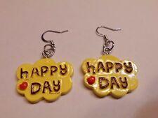 """Ohrringe mit gelber Wolke in brauner Schrift """"Happy Day """" sowie rotes Herz 4593"""