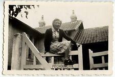 Femme assise sur barrière portail Pitchounette - photo ancienne an. 1930 40