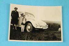 altes Foto - Frau mit Kind neben einem VW Käfer mit NU Kennzeichen    /S34