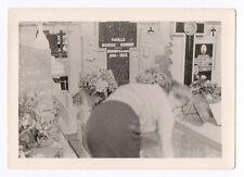 PHOTO ANCIENNE Snapshot Tombe Cimetière Croix Religion Vers 1960 Fleurs