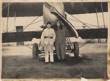 photo vintage snapshot pilote et mécanicien devant avion biplan