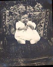 Snapshot 1922  photo bébé sur chaise et coussin brodé 2/3