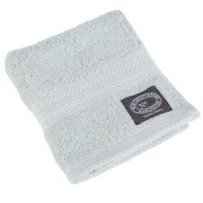 Toallas de tocador de baño y albornoces con la toalla de tocador