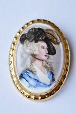 VINTAGE dipinto ritratto in miniatura BONE CHINA Spilla bordatura D'ORO DORATI