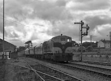 PHOTO  1986 PASSENGER TRAIN LEAVING ROSCREA RAILWAY STATION CIE 181 CLASS LOCOMO