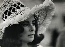 PHOTO CINEMA : ELIZABETH TAYLOR vers 1965 crochet hat attribué G. Hurrell