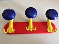 Appendiabiti appendino x parete in abs rosso blu giallo 6 ganci 3 pomoli 32 cm