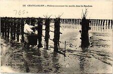 CPA  Chatelaillon - Pecheur ramassant les moules dans les Bouchots  (480657)