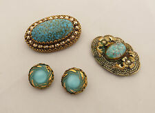 2 VINTAGE OVAL SHAPED BROOCHES WITH BLUE / SIMULATED 'STONES' & CLIP EARRINGS