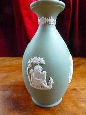 Lovely WEDGWOOD jasperware vert sage Bud Vase pleurs LADY BERGER cherub 1970