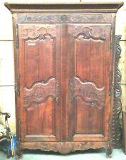 armoire en chêne massif  finement sculptées porte deux panneaux . XVIII siècle .