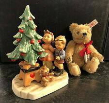 Hummel Goebel Figur 2015 Am Weihnachtsbaum Kinder mit Steiff Bär Hummelfigur