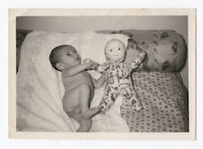 PHOTO ANCIENNE Jouet Jeu Doll Toy Poupée Bébé Lit  Portrait Vers 1950 Regard