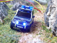 Oxford 1/76  scale police land rover with flashing lights fitted roof & grill