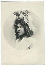 Photo Portrait romantique vers 1900 jolie jeune femme chapeau ruban