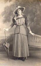 BM156 Carte Photo vintage card RPPC Femme mode fashion chapeau élégante paraplui