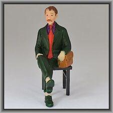 Dingler Handbemalte Figur Polyresin Spur 1 Mann sitzend, Anzug grün (100221-02)