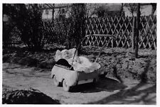 Foto Baby im Kinderwagen vor 1945