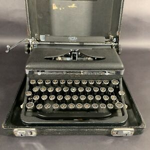 1930s ROYAL DELUXE Typewriter With Case, Black Crinkle & Chrome