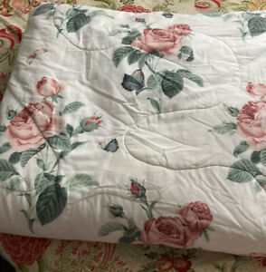 reversiable quilt white background Pink roses and pink stripes Queen