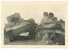 Foto russische Panzer Wracks auf einem Schlachtfeld an der Ostfront T-26 und BT7