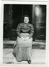 PHOTO snapshot beau portrait d'une femme sur le pas de sa porte1910 mode