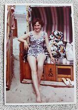 Altes Farbfoto, Hübsche Frau im Badeanzug / Strandkorb