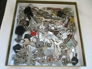 JOB LOT OF 123 x VINTAGE ASSORTED KEYS