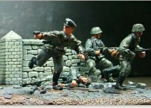 Conte WW2069 WWII Caught in the Crossfire Part 2 4 figures and Terrain Base New