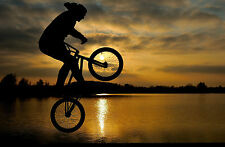 Enmarcado impresión BMX Acrobacias junto a un lago al atardecer (Bicicleta Imagen Arte Cartel)