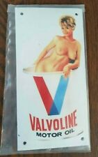 VALVOLINE NAKED WOMAN (GARAGE). EMAILLE / ENAMEL SHIELD, SIGN, PLATE. RETRO.