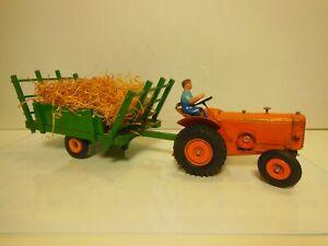 Tracteur RENAULT R 3040 avec remorque fourragere et son pilote echelle 1/10